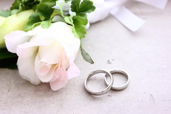 【プロポーズされた女性必見】彼に喜ばれる婚約指環のお返しBEST3
